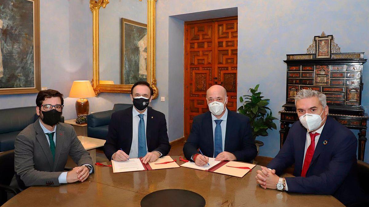 El rector, José Carlos Gómez Villamandos, y el presidente de la Diputación, Antonio Ruiz, firman el acuerdo.