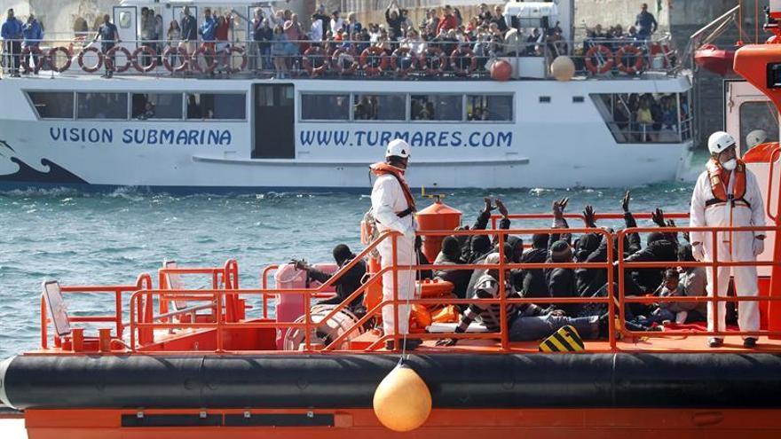 Rescatan una patera en el Estrecho con 41 personas a bordo