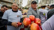 """Productores argentinos hacen un """"frutazo"""" para pedir medidas contra la crisis"""