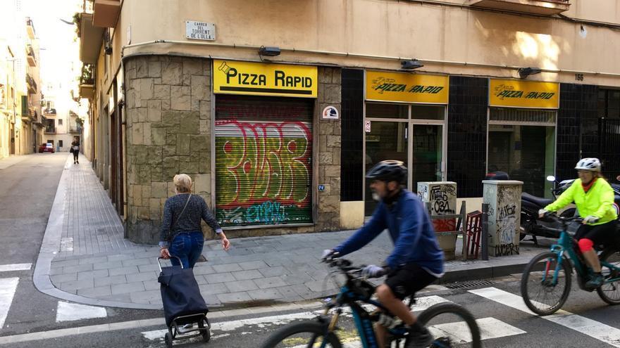 El Pizza Ràpid, en el barrio de Gràcia, uno de los miles de locales de Barcelona que no han reabierto tras el confinamiento.