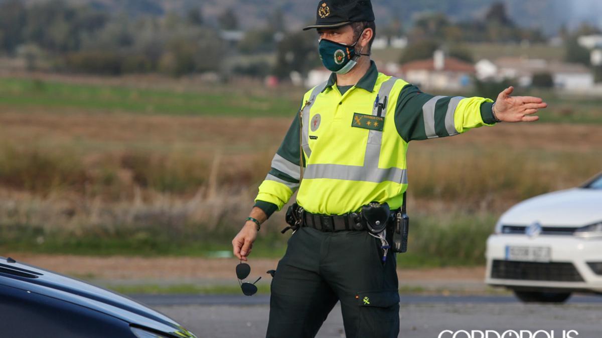 Un agente de la Guardia Civil de Tráfico | ÁLEX GALLEGOS