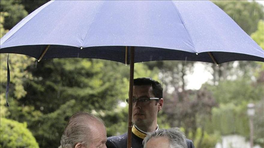 El Rey recibe a Mujica a las puertas de la Zarzuela bajo la lluvia