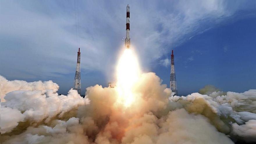 India sitúa por primera vez varios satélites en dos órbitas terrestres