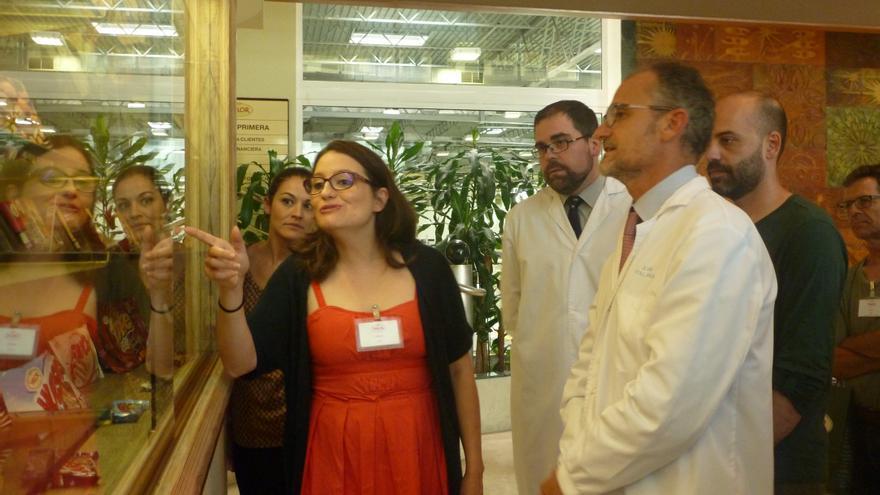 Mónica Oltra, en su visita a Chocolates Valor, en la Vila Joiosa.