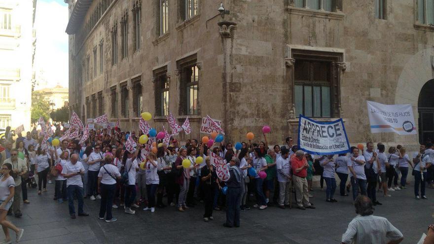 Cientos de personas han 'abrazado' el Palau de la Generalitat en defensa de la concertada