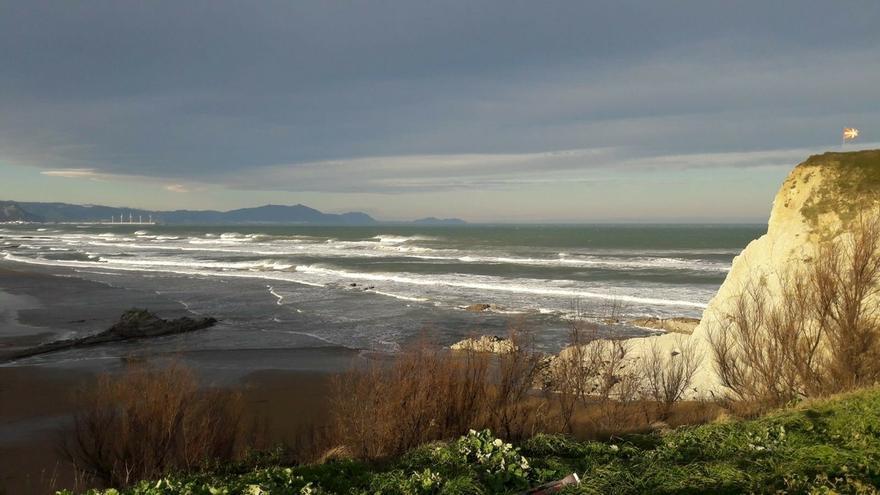 Activada este lunes la alerta naranja por olas de hasta 6 metros en la costa vasca