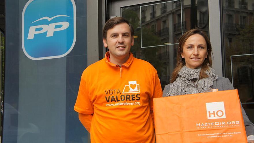 Gádor Joya e Ignacio Arsuaga en la puerta de la sede del PP