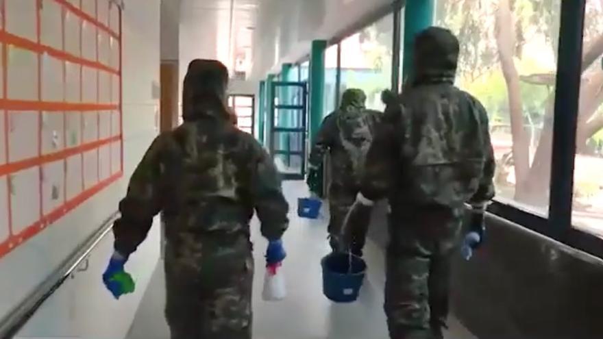El Ejército de Tierra desinfecta centros de mayores y de internamiento en Fuerteventura
