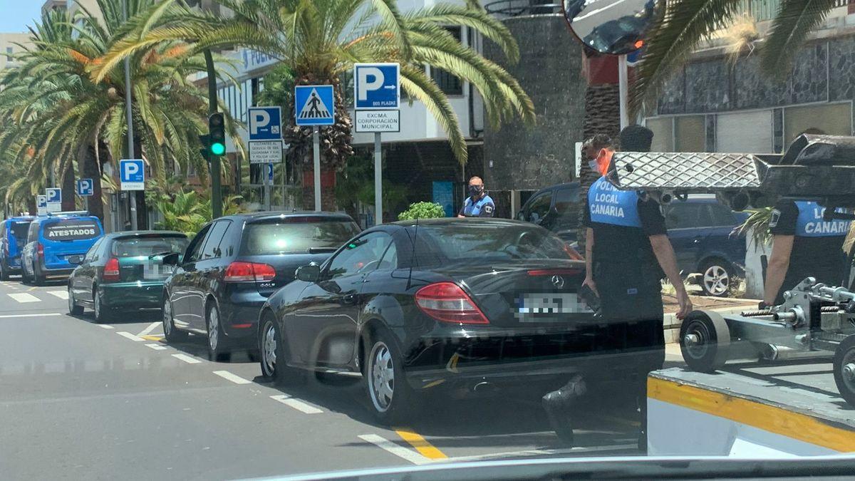 El coche de Enrique Rosales siendo retirado por la Policía Local