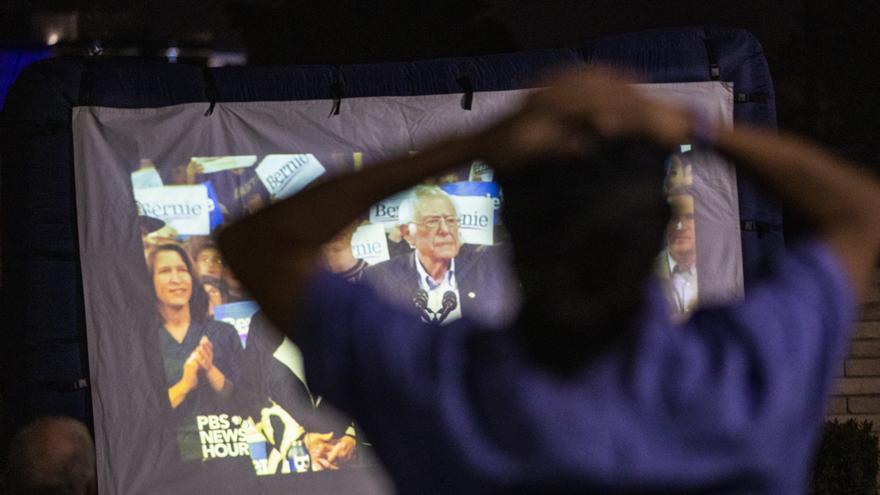 Un seguidor de Bernie Sanders sigue uno de sus mítines desde una de las sedes del senador en Santa Ana, California.