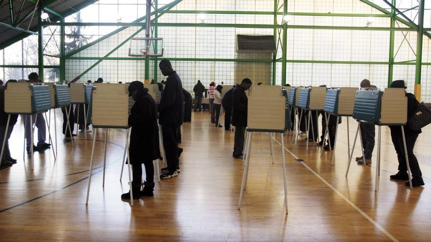 Votantes ejercen su derecho al sufragio en un colegio electoral de Cleveland, Ohio (EE.UU.)