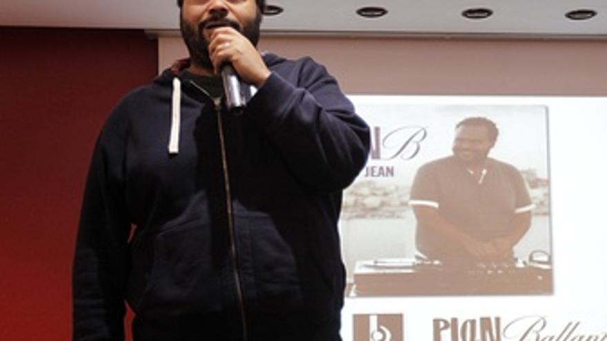 El Músico Carlos Jean En La Presentación De El Plan B
