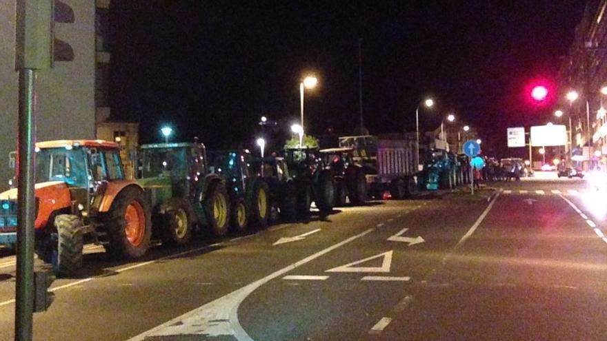 Tractores estacionados en una calle de Santiago durante la noche / praza.gal