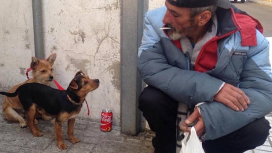 Intenta captar la vida diaria de los pobres como modo de denuncia, en este caso en una calle de Badajoz