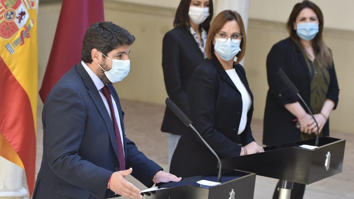 El presidente de la Comunidad, Fernando López Miras, junto con la vicepresidenta, Isabel Franco, y la diputada de Ciudadanos, Valle Miguélez, en la rueda de prensa en la que han anunciado el fracaso de la moción de censura