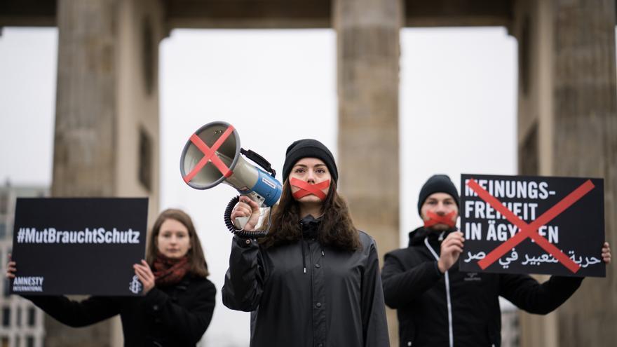 El día de la reunión del presidente egipcio Al-Sisi en Berlín con la canciller alemana Angela Merkel, Amnistía Alemania presentó peticiones para exigir la libertad de expresión, el fin de la tortura, la liberación de presos de conciencia y la reapertura del Centro Nadeem en Egipto.