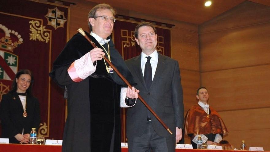El rector de la UCLM (izq.) junto al presidente de la Junta de Castilla-La Mancha