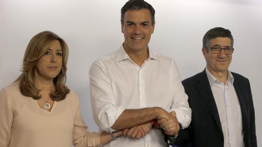 Un sonriente Sánchez posa junto a dos serios Díaz y López