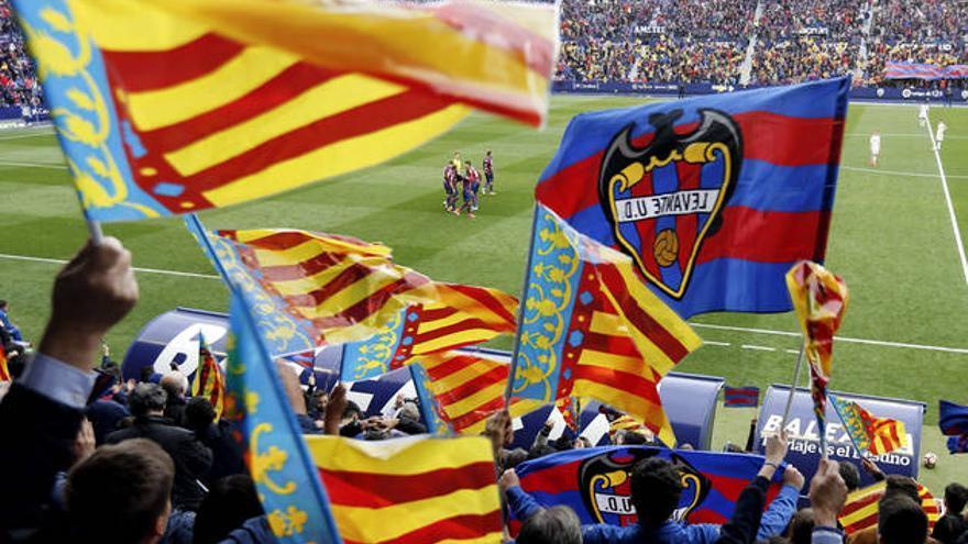 La afición del Levante celebra el primer gol del partido contra el Oviedo