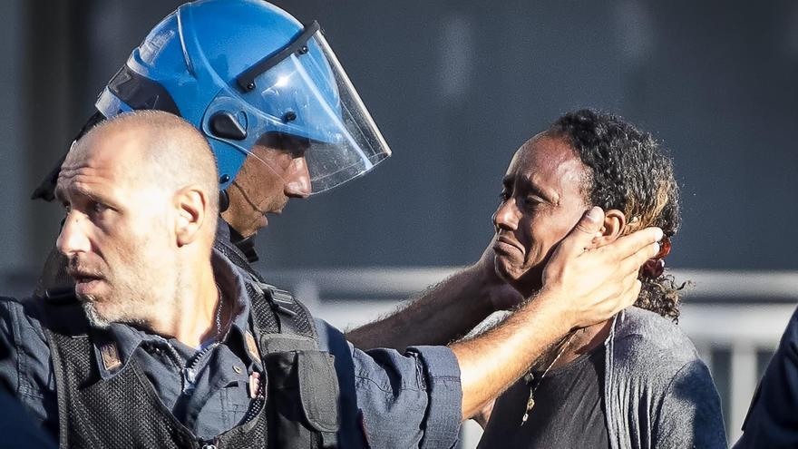 Un policía consuela a una mujer en medio de las protestas en el centro de Roma // Foto: Angelo Carconi