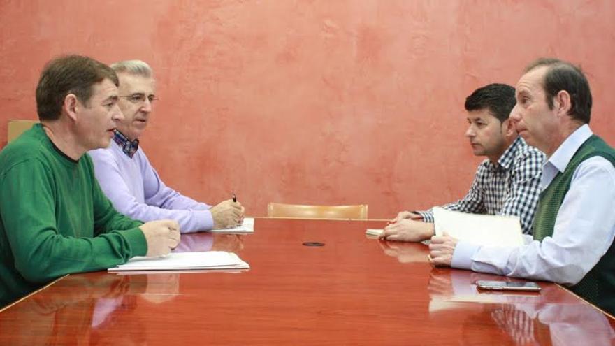 A la izquierda los directivos de Memoria Histórica, a la derecha los diputados Ayala y Labrador