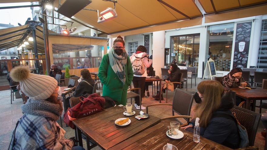 Tres chicas en la terraza de un restaurante el primer día del cierre perimetral decretado en Lugo
