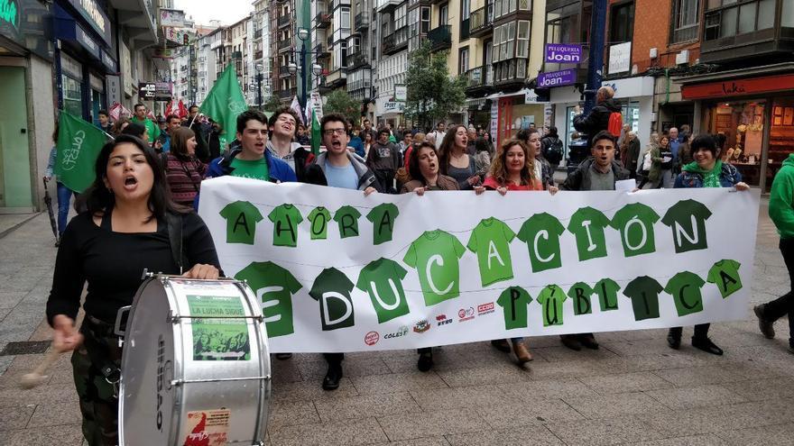 Cerca de 200 personas han participado en la manifestación educativa. | ANDRÉS HERMOSA