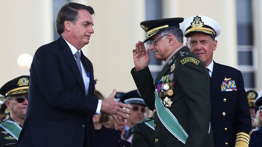 El presidente Jair Bolsonaro saluda al general del Ejército Eduardo Pujol durante una ceremonia en Brasilia en 2019. EFE/Antonio Cruz/Agencia Brasil