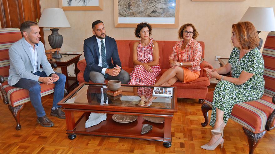 Reunión celebrada en el Cabildo de La Palma durante la primera visita a Isla de la consejera de Sanidad del Gobierno de Canarias, Teresa Cruz.