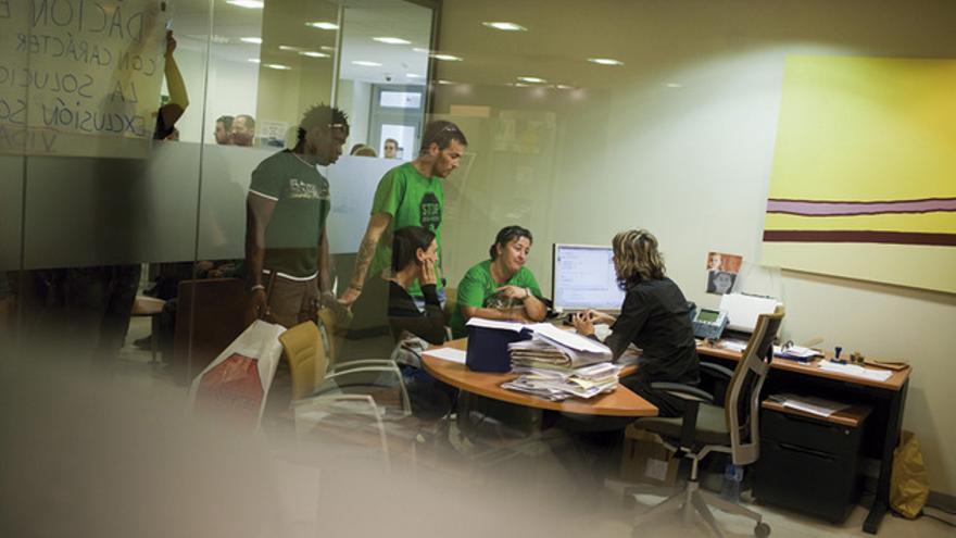 APRENDER A GOLPES Miembros de la Plataforma Afectados por la Hipoteca (PAH) se asesoran. FOTOGRAFÍA: EDU BAYER