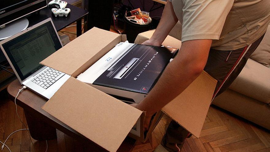 'Unboxing' de una videoconsola (Foto: Reinis Traidas | Flickr)