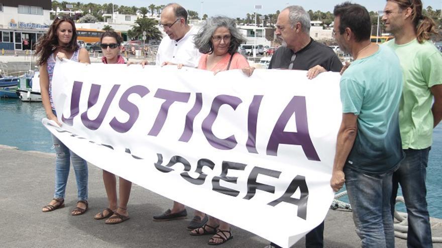 Simpatizantes de Podemos se desplazaron hasta Playa Blanca para recibir a Josefa Hernández (DE LA CRUZ/DIARIO DE LANZAROTE)