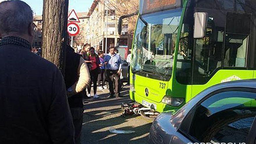 Bicicleta debajo del autobús en la carretera de Trassierra.