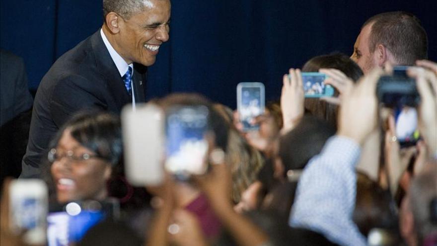 La aprobación a Obama se mantiene estable tras escándalos, según un sondeo