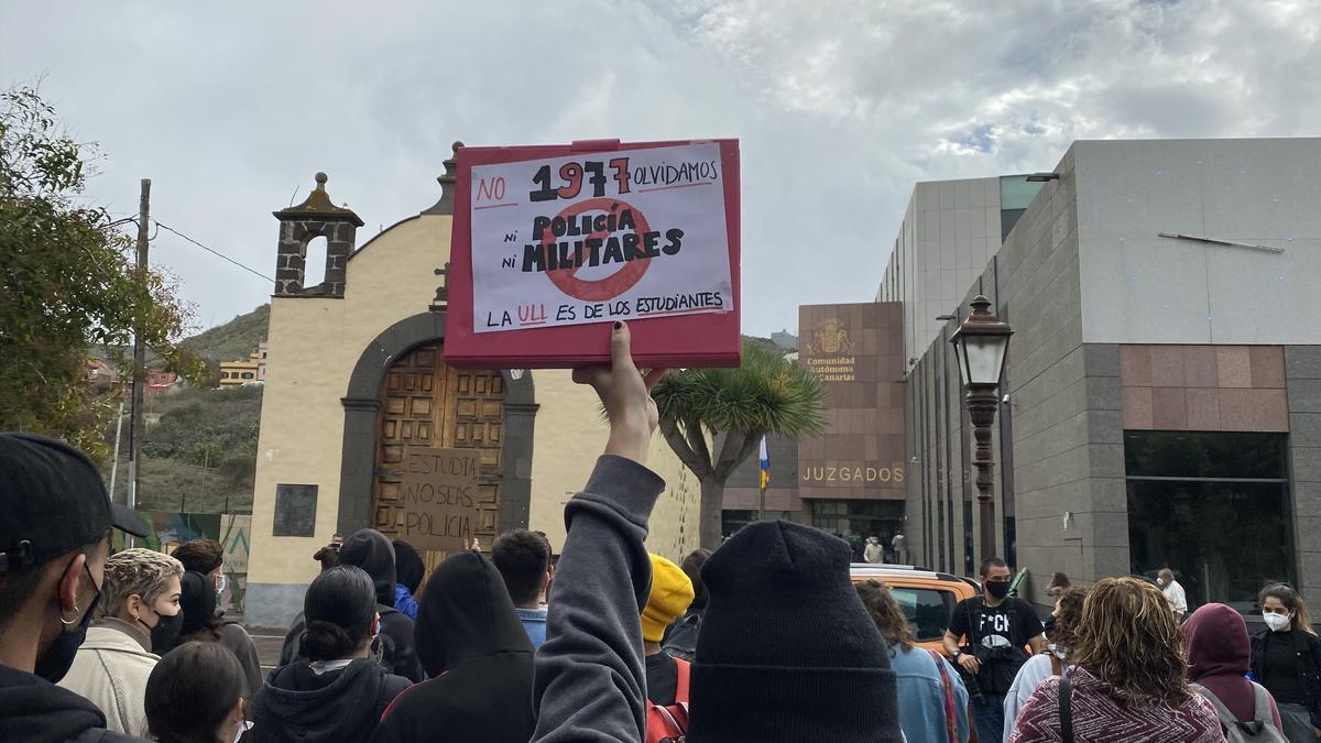 Una persona muestra un cartel en recuerdo al estudiante Javier Quesada