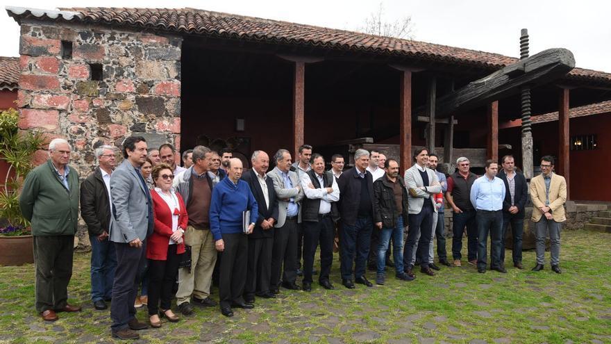 Presentación de la nueva asociación de bodegueros auspiciada por el Cabildo, en abril de 2016, con Manuel Marrero y el consejero Jesús Morales