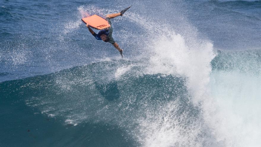 Jonathan Vega haciendo una maniobra espectacular en la ola de El Frontón.