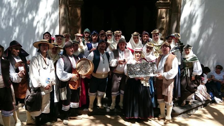 Los romeros con las piezas del Trono a su llegada a Las Nieves. Foto: JOSÉ AYUT