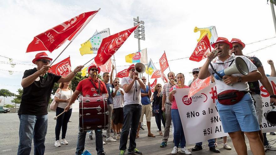 Protesta de UGT e Intersindical Canaria el día en que el pleno del Cabildo aprobó el proceso de venta de los casinos