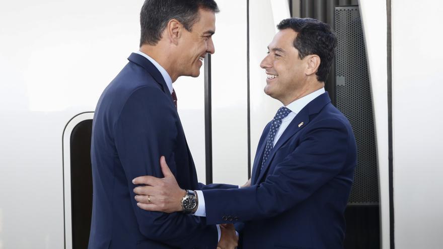 El presidente del Gobierno, Pedro Sánchez, y el presidente de la Junta de Andalucía, Juanma Moreno, en una imagen de archivo.