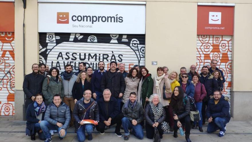 Agrupación de militantes de Gent de Compromís frente a la sede de la coalición