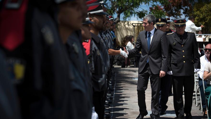 Clavijo saluda a los agentes de la Policía Canaria.