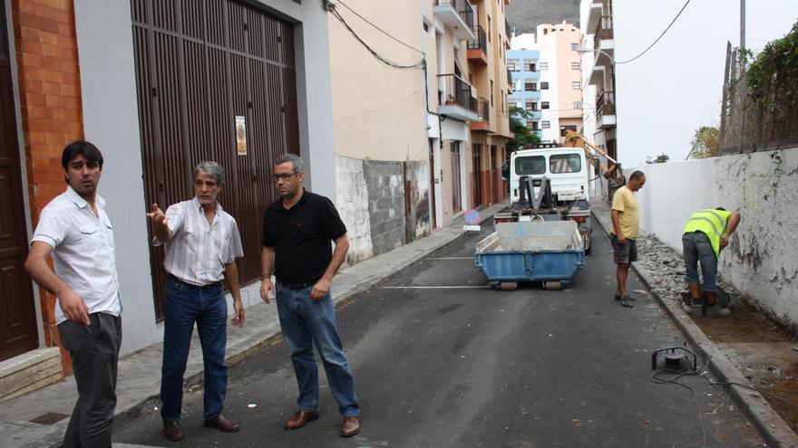 El alcalde de la capital, Sergio Matos (d) y Manuel Abrante  (i), concejal de Infraestructuras y Obras Públicas, en la Calle de La Luz.