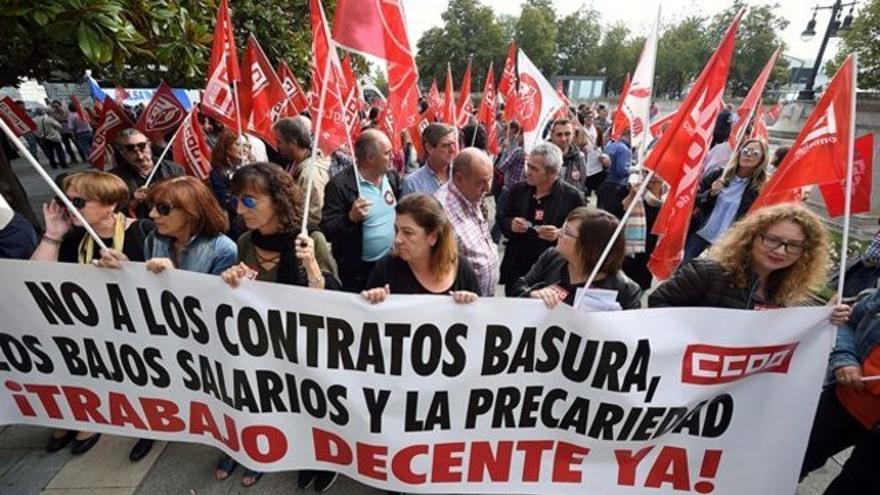 Los sindicatos se han concentrado en la Plaza de Correos para reclamar un cambio de políticas.