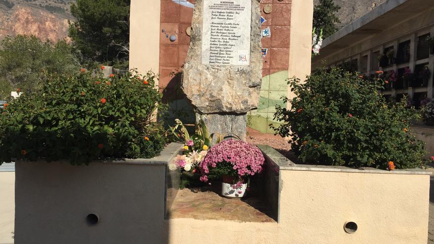 Escultura-monumento por los 17 de Orihuela, en el cementerio de la localidad