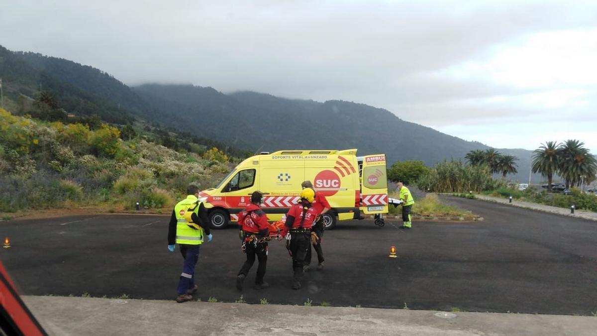 Imagen de archivo de una ambulancia en el helipuerto del Hospital General de La Palma.