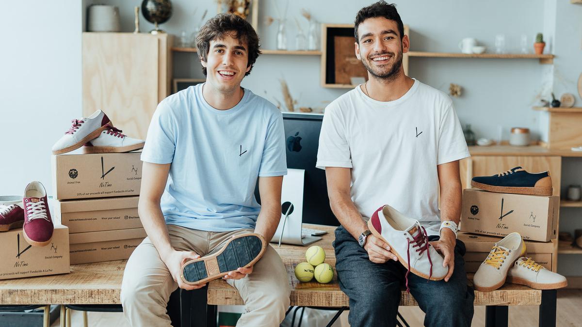 Jorge y Carlos, socios de 'NoTime', muestran las zapatillas producidas por su empresa.