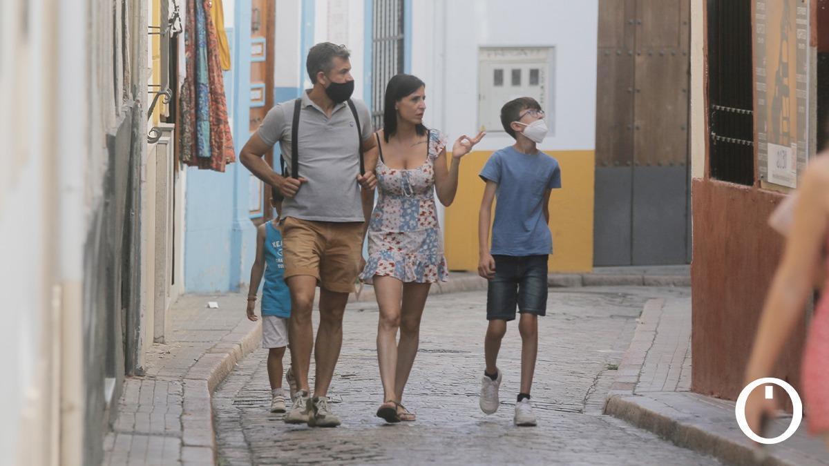 Un grupo de turistas con y sin mascarilla en Córdoba