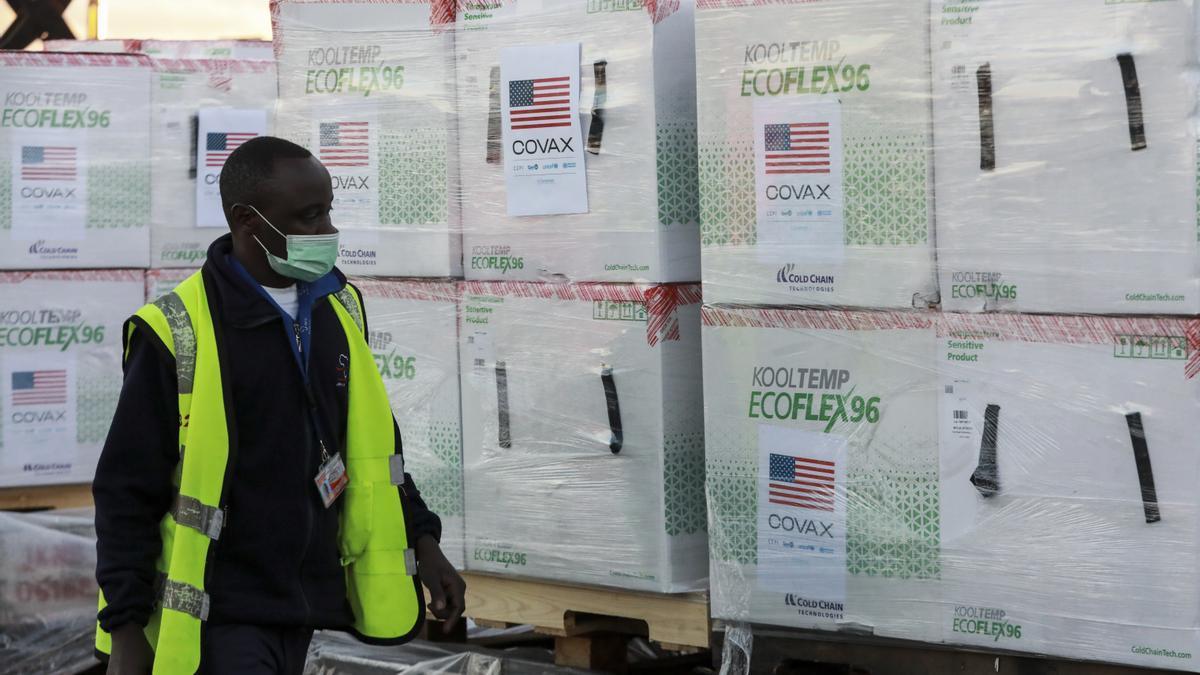 Un agente keniano inspecciona el primer envío de dosis donadas a Kenia por Estados Unidos a través de COVAX.
