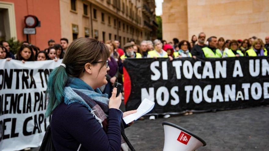 Concentración en la plaza del Cardenal Belluga por el asesinato machista cometido el pasado 11 de abril/ CARLOS TRENOR